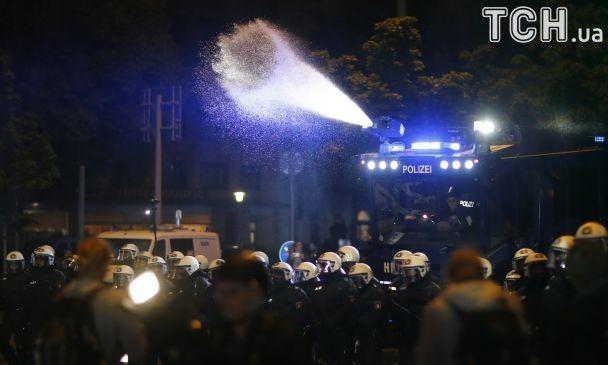 Перед самітом G20 в Німеччині поліція водометами розганяла протестувальників