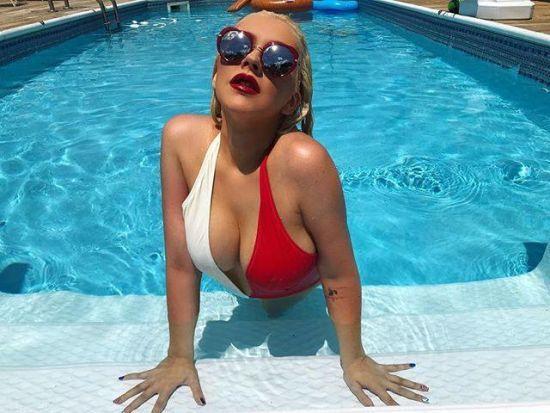 Пишногруда Крістіна Агілера похизувалася апетитною фігурою у купальнику
