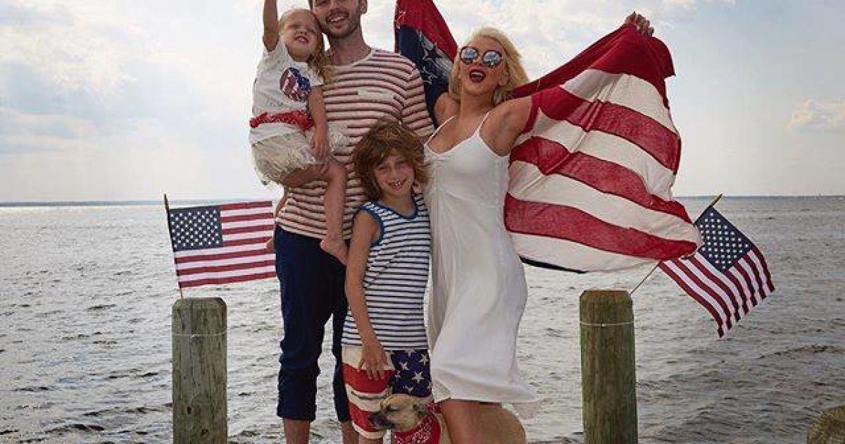 Кристина Агилера с женихом и детьми @ facebook.com/christinaaguilera