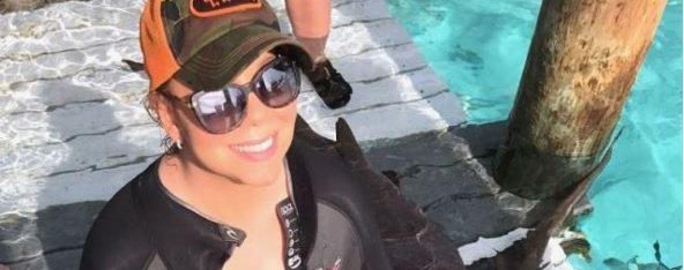 Мерайя Кері похизувалася величезним бюстом на фоні акул