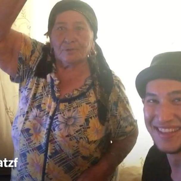 """Зачитала как 50 Cent. 78-летняя мусульманка из Казахстана """"прокачала"""" Сеть своим рэпом"""