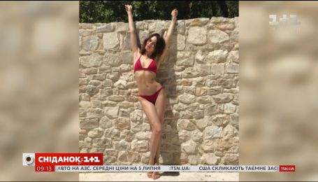Ольга Куриленко у червоному бікіні відпочиває на півдні Франції
