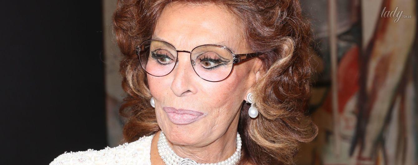 Хороша: 82-летняя Софи Лорен в наряде с глубоким декольте посетила показ Armani Prive
