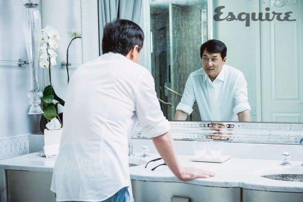 Усміхнений Джекі Чан знявся у фотосесії відомого глянцю