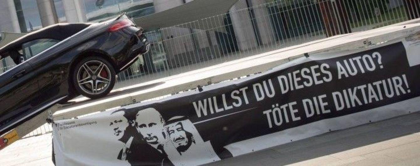 """""""Убей диктатуру!"""": акция немецкого художника с портретами Эрдогана и Путина возмутила Анкару"""