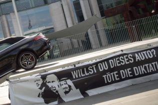 """""""Вбий диктатуру!"""": акція німецького художника з портретами Ердогана та Путіна обурила Анкару"""