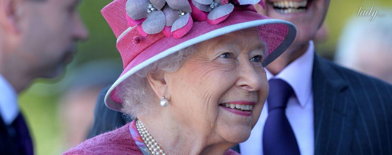 В сиреневом комплекте и красивой цветочной шляпе: новый выход королевы Елизаветы II