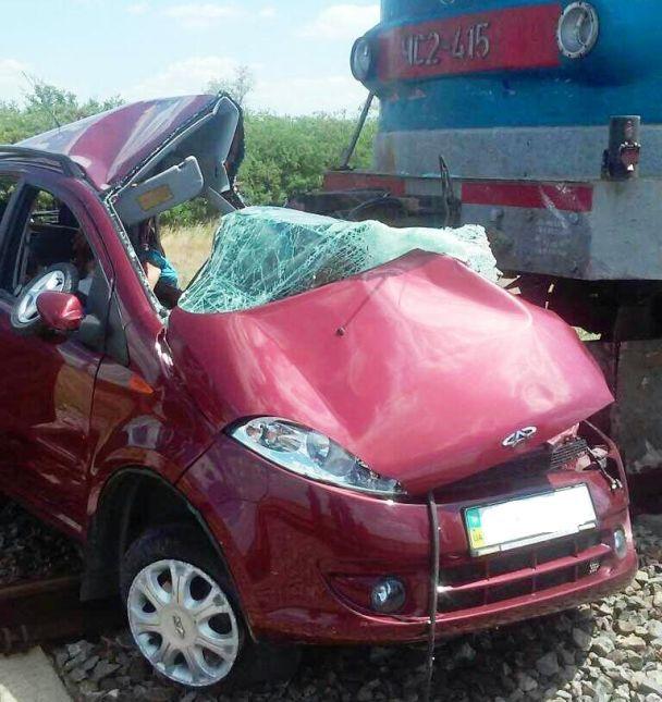НаЗапорожье поезд раздавил легковую машину, трое человек погибли