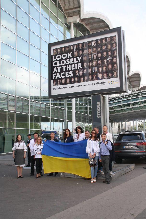 """""""Подивіться уважно в їхні обличчя"""". Перед самітом G20 вивісили білборди з українськими бійцями"""