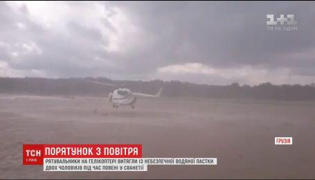 Пилоты вертолета продемонстрировали свое мастерство и спасли жизни двух мужчин