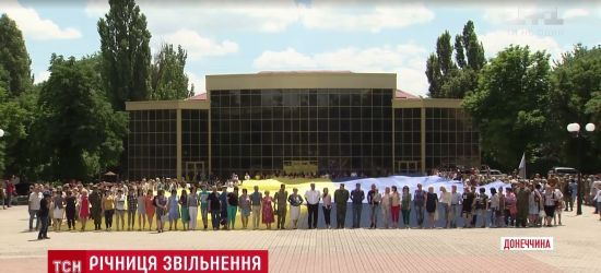 """Гігантський прапор і спогади очевидців: Бахмут відсвяткував 3-річчя звільнення від """"ДНР"""""""