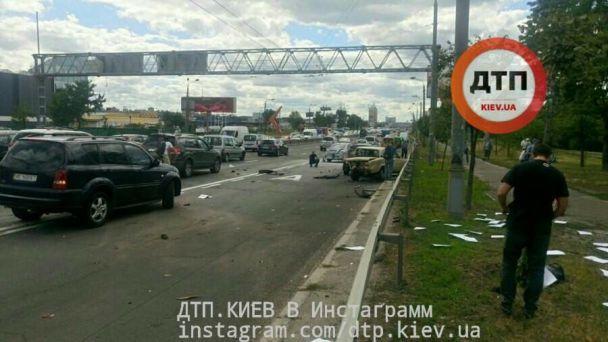В Киеве произошло масштабное ДТП с участием четырех автомобилей, есть пострадавшие