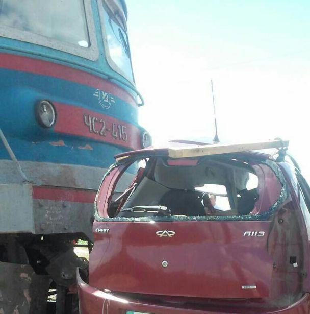 На Запорожье поезд протаранил машину с ребенком, есть погибшие