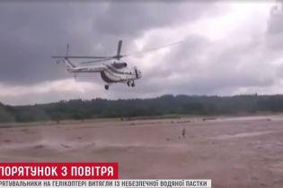 Філігранний порятунок: у Грузії вертоліт урятував двох чоловік від повені