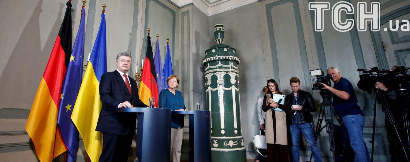 Меркель запевнила Порошенка, що з Путіним долю Донбасу без України не вирішуватимуть