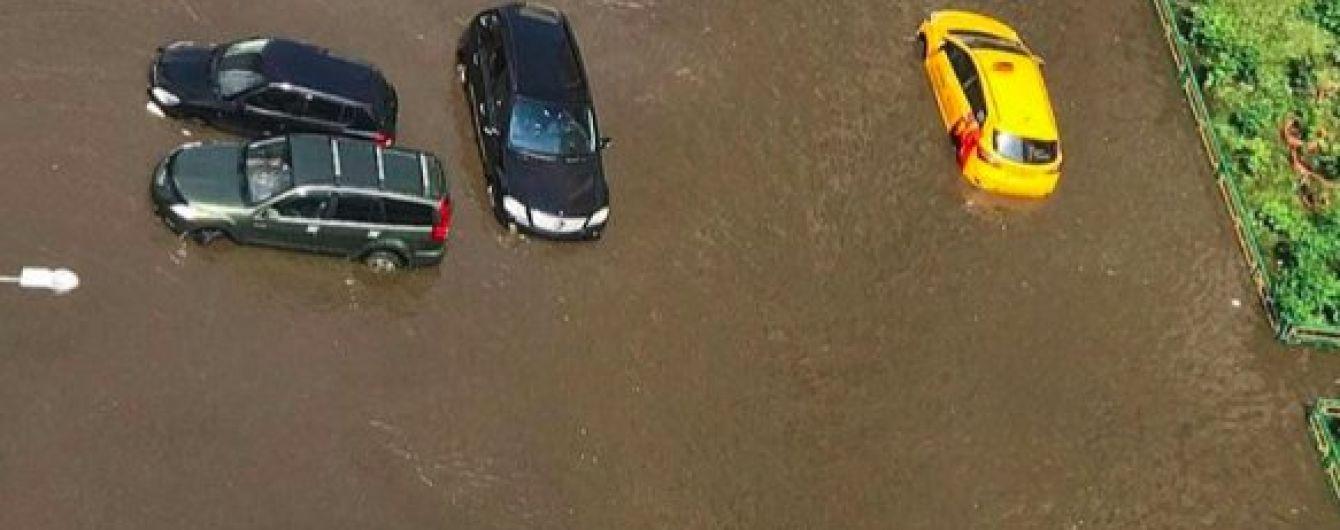 Потоп в Подмосковье: люди обнаружили свои элитные авто в фекалиях
