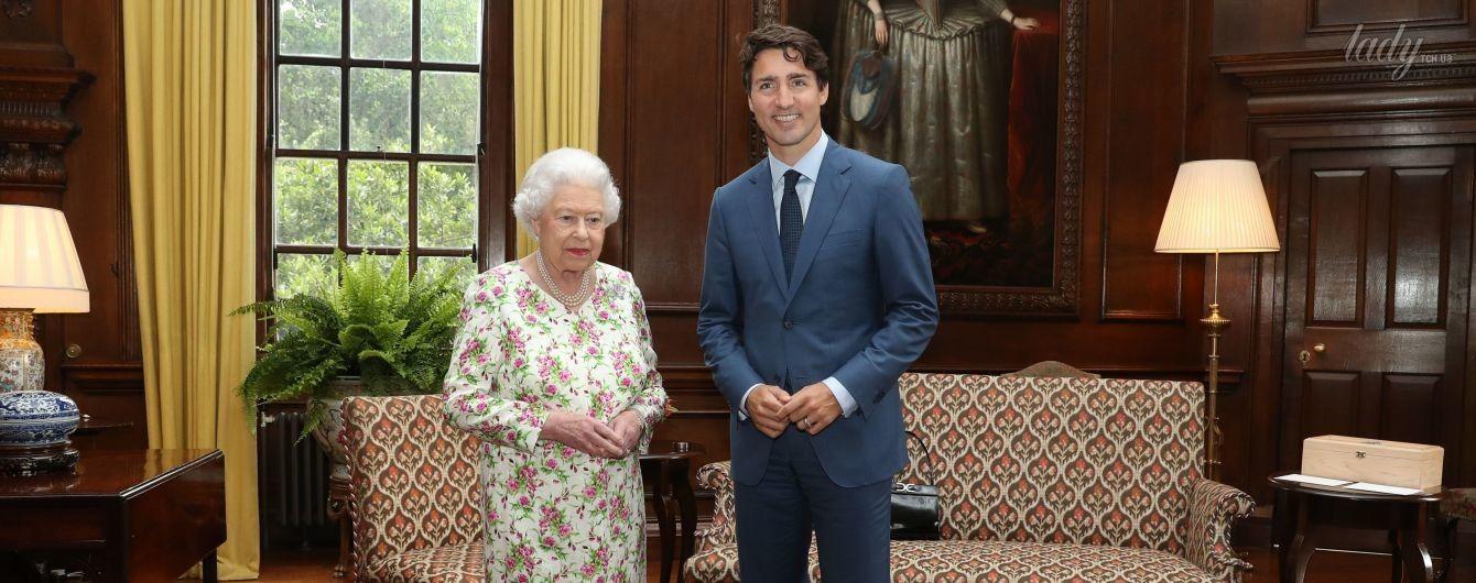 В цветочном платье и лаковых туфлях: королева Елизавета II на деловой встрече