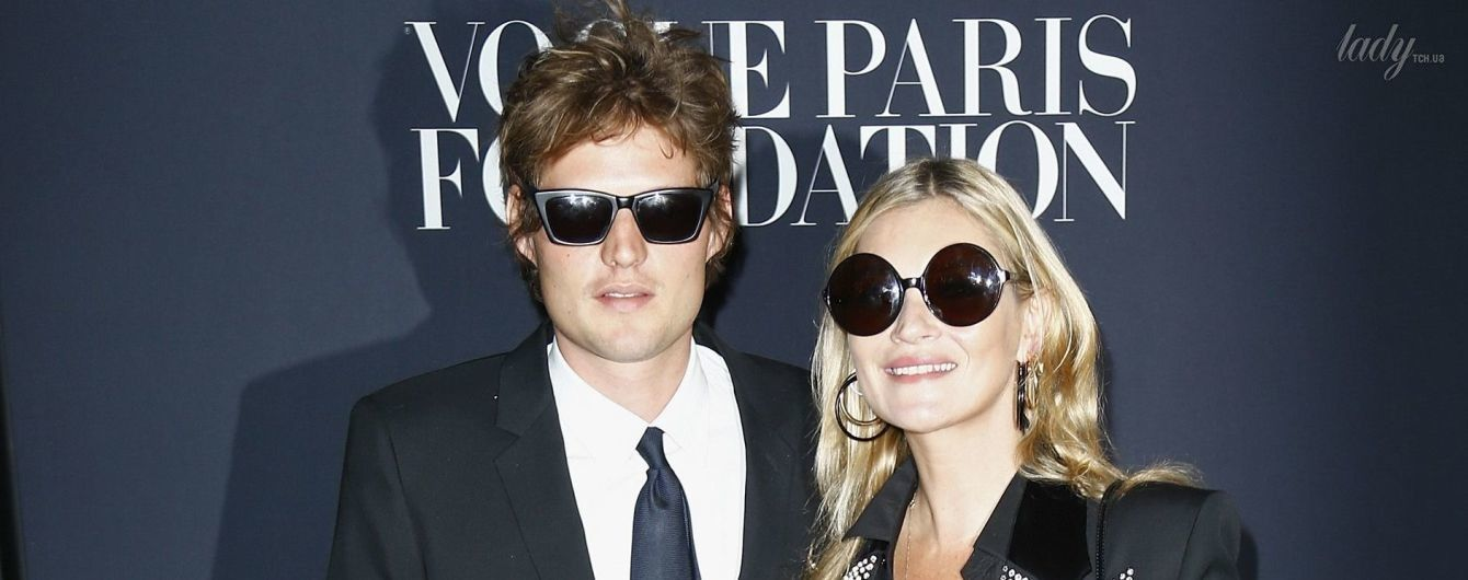 В стильном наряде и в компании возлюбленного: Кейт Мосс сходила на светское мероприятие