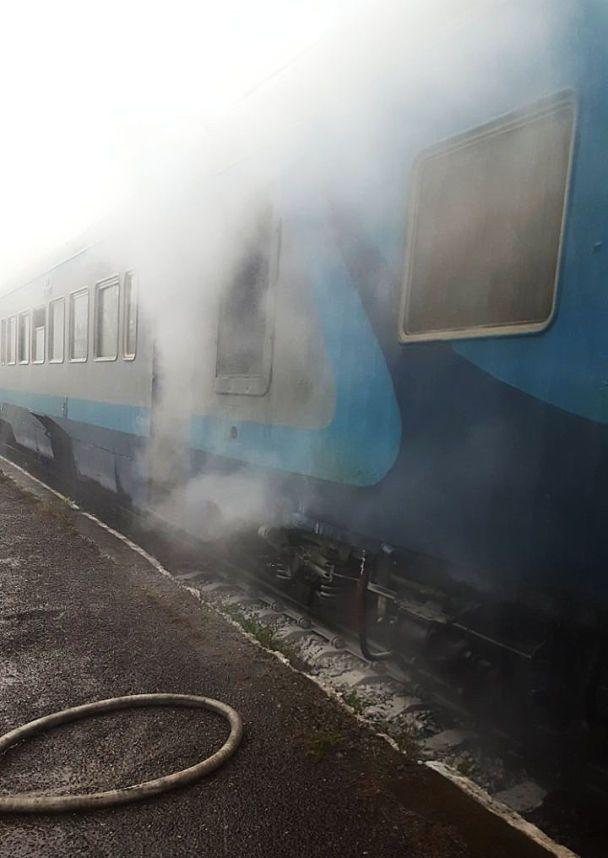 На Закарпатье внезапно загорелся поезд с пассажирами