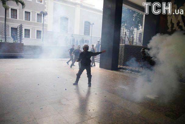 Палки и дымовые шашки: появилось видео устроенного сторонниками Мадуро побоища в парламенте