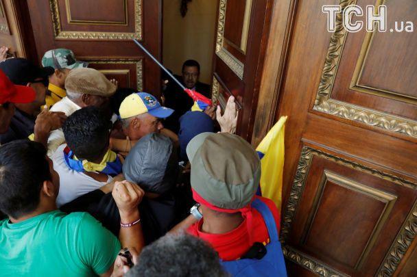 Палиці й димові шашки: з'явилося відео влаштованого прихильниками Мадуро побоїща в парламенті
