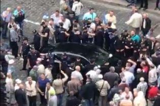 У центрі Києва Porsche наїхав на ногу мітингувальнику біля Кабміну - джерело