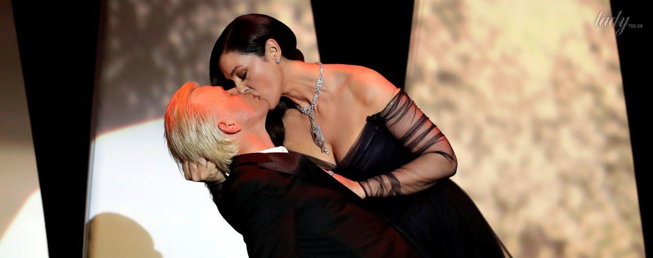 День поцелуя: как целуются Елизавета II, герцогиня Кембриджская, Белуччи, Макрон и другие