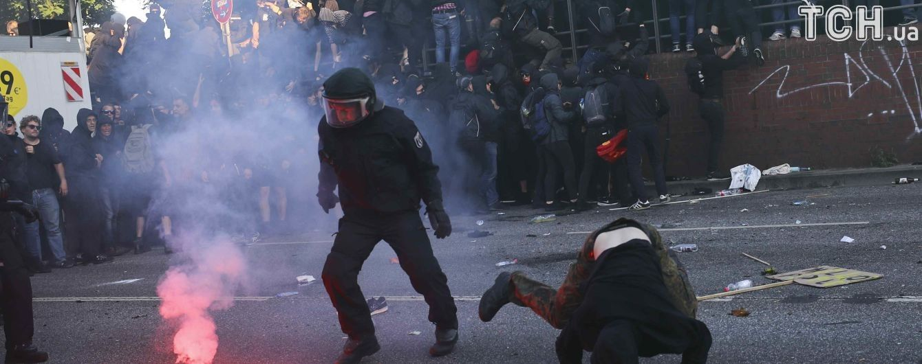 В результате столкновений в Гамбурге пострадали 76 полицейских - СМИ
