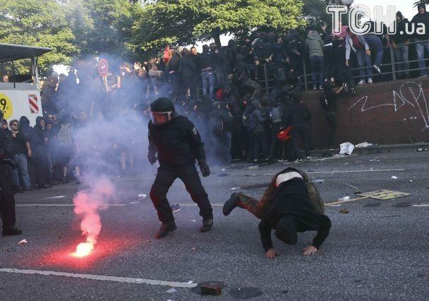 """""""Дощ"""" з водометів і петарди: на акції антиглобалістів у Гамбурзі розпочалися зіткнення з поліцією"""