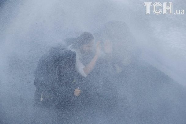 """""""Дождь"""" из водометов и петарды: на акции антиглобалистов в Гамбурге начались столкновения с полицией"""