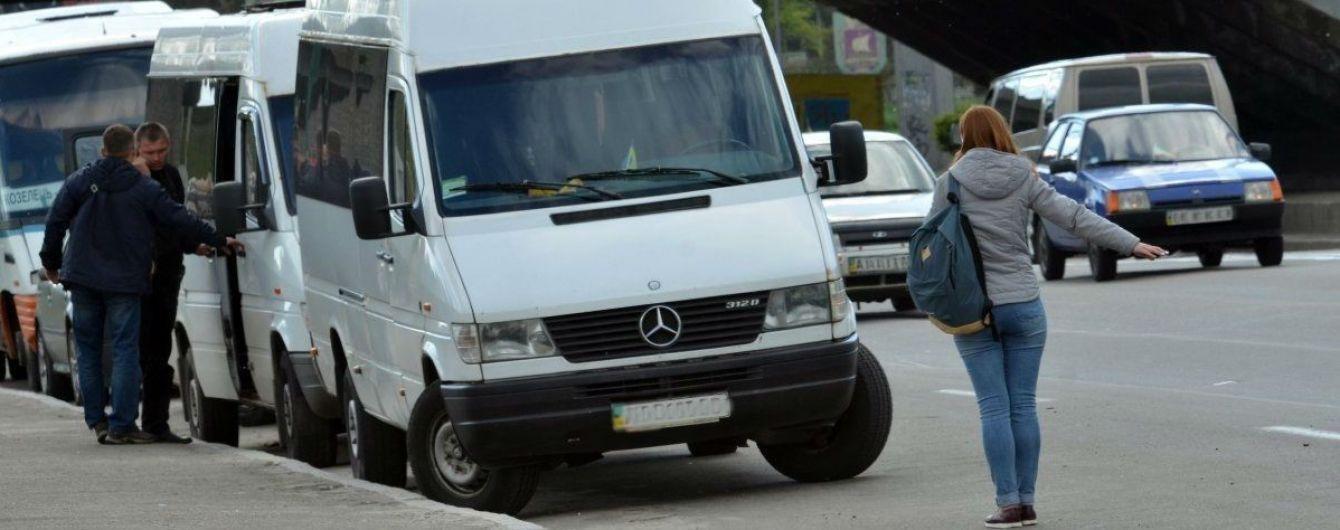 Війна маршрутників та попутників на Київщині: перевізники скаржаться на великі збитки
