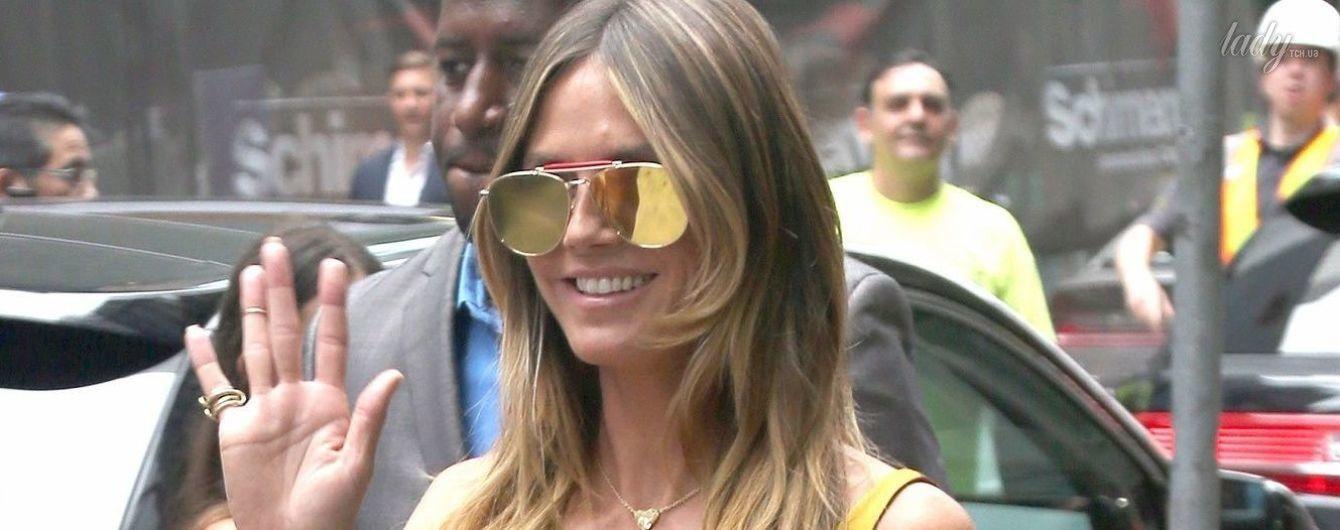 В золотом платье с глубоким декольте: Хайди Клум на улицах Нью-Йорка