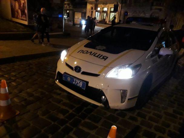 Во Львове патрульные сбили на пешеходном переходе девушку