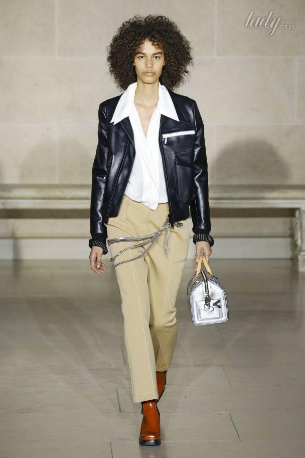 Белая строчка и пояс на талии в коллекции Louis Vuitton сезона осень-зима 2017-2018