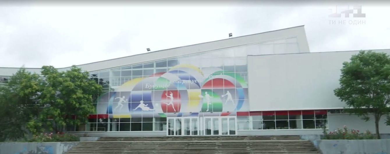 В Запорожье крупнейший спорткомплекс продали фитнес-клубу: дети вынуждены тренироваться на улице