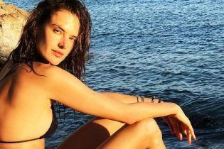Греческие каникулы: Алессандра Амбросио в бикини блеснула стройной фигурой