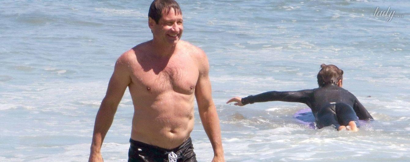 Уже не тот: Дэвид Духовны сверкнул пузом на пляже в Малибу