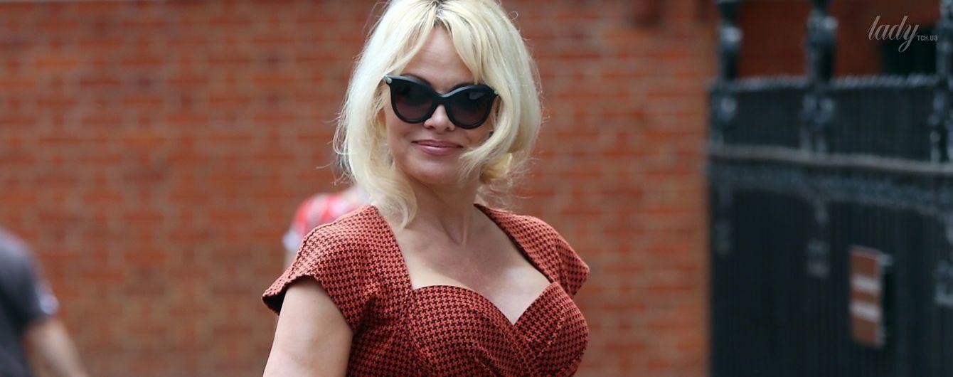 В эффектном платье и на лубутенах: Памела Андерсон на улицах Лондона