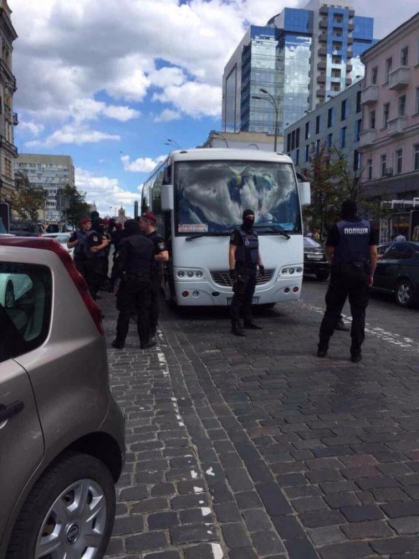 В Киеве под немецким посольством полиция задержала группу провокаторов