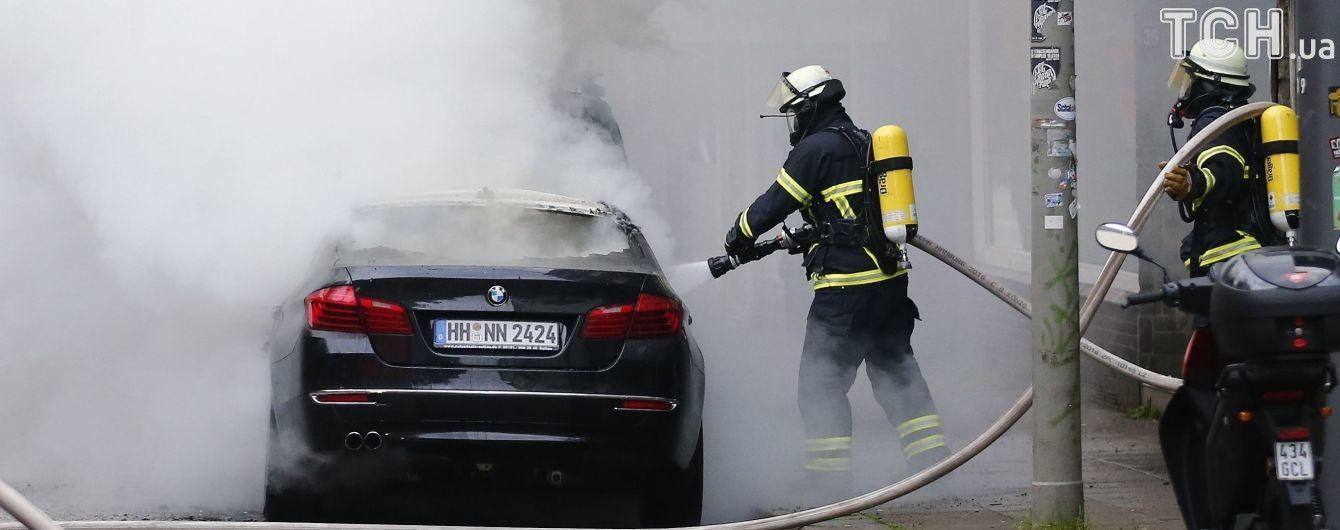 Улицы в огне и столбы дыма над городом. Самые зрелищные видео протестов в Гамбурге