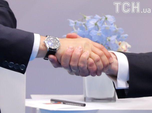 Фірмові ліщата Трампа і задумливий Путін. Фото першої зустрічі президентів