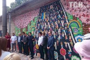 Відомий японський художник разом з дітьми-переселенцями створив мурал у Києві