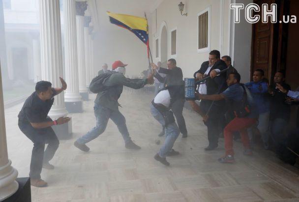 У Венесуелі десятки проурядових активістів увірвалися до парламенту: є поранені