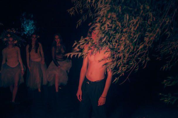 Син Білик показав торс у фотосесії із юними балеринами