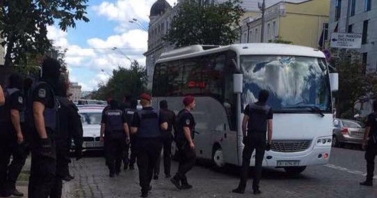 Затримання провокаторів під посольством @ Українська правда