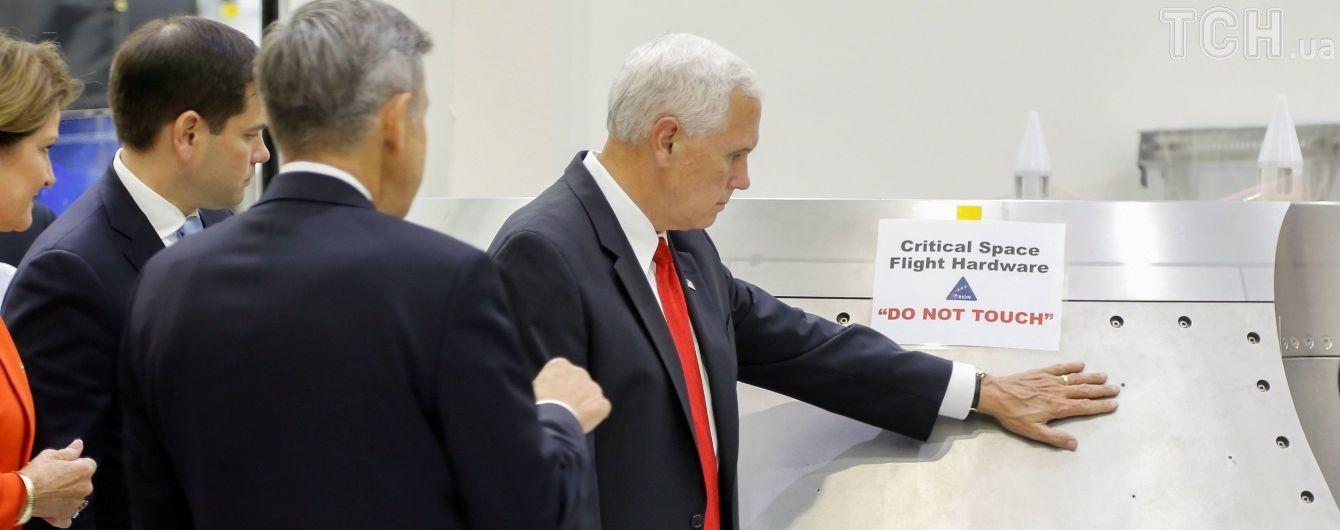 """В Сети смеются над вице-президентом США, который дотронулся """"где запрещено"""""""