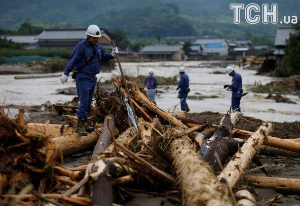 В Японии бушует смертоносный шторм: машины смывает дождем, а дома затапливает грязью