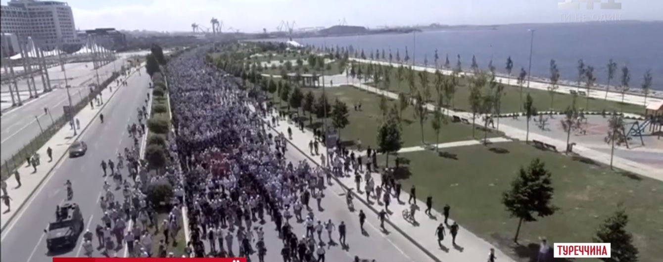 В Турции из Анкары в Стамбул отправилась многотысячная толпа противников Эрдогана