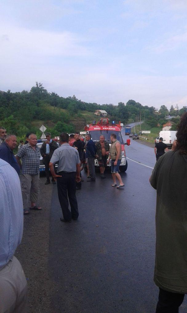 Замість моря – на той світ. На Тернопільщині дорогою на курорт злетів в урвище автобус з 45 людьми