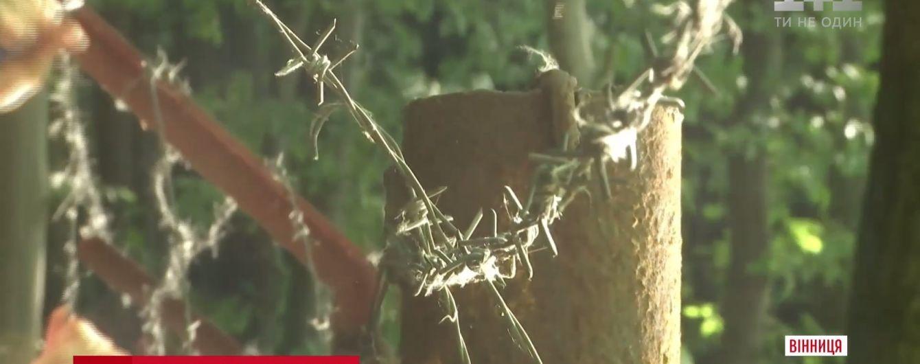 В Виннице возмущенные произволом владельцев коттеджей люди снесли заборы у озера и леса